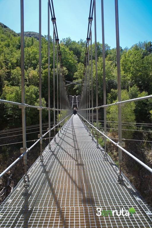 El puente tiene unos 30 metros de longitud
