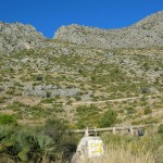 Inicio de la ruta e indicación hacia la cueva