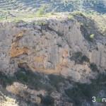 """Vista de la pared de roca en la que se encuentra la """"Cova de la Dona"""""""