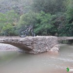 Cruzaremos sobre el Mijares por un pequeño puente
