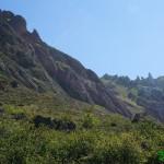 Montañas que bordean el camino de subida