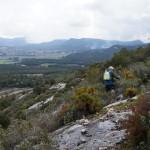 Barranc de les Coves , l'abric de la Falguera, con el Montcabrer al fondo cubierto de niebla - Alcoi