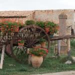 Carro decorado con macetas en El Campillo