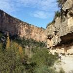 Sendero junto a las paredes de roca