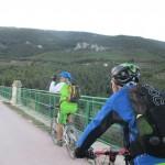 Cruzando el Pont de les 7 Llunes por la via verde