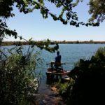 Pescadores en sus tarimas junto a L'Estany d'Alemenara