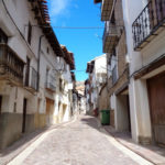 Calle principal de Alcalá de la Selva por la que cruzaremos el pueblo