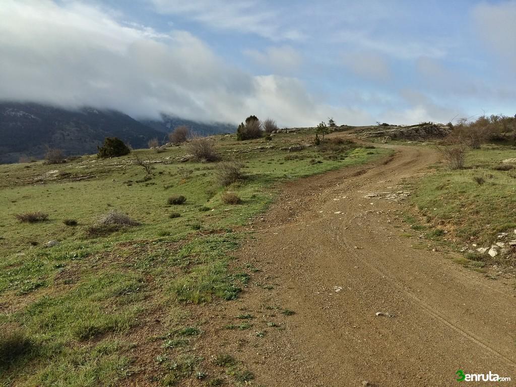 Dejamos la carretera para tomar una pista de tierra