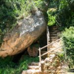Escalera que sube a la cueva y el mirador