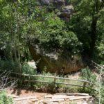 Escalinata hacia la cueva y el mirador