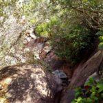 El camino se va encajando entre las rocas y ya cuesta ascender entre ellas