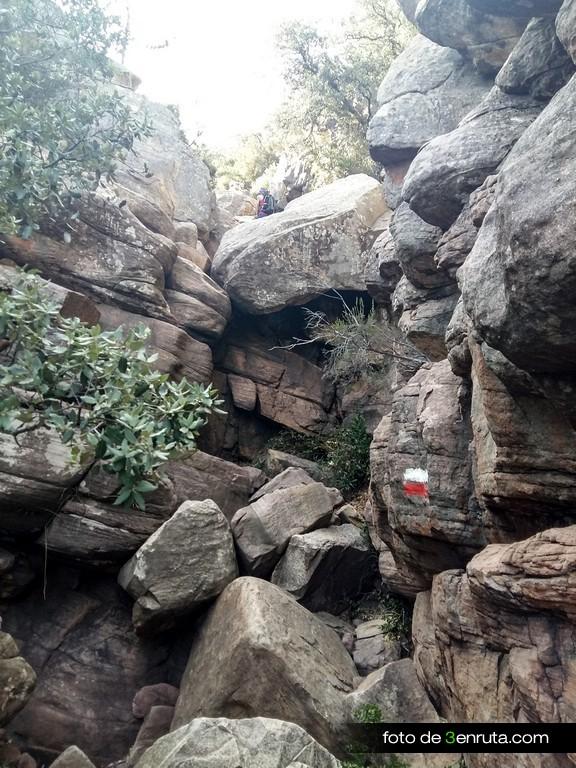 Seguimos encontrando algunas zonas con grandes bloques de piedra pero ya no tan complicadas