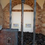 Interior de la Ermita del Garbí repleto de piñas