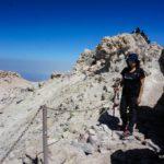 El crater del Teide blanquecino por el azufre