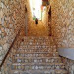Escaleras de bajada desde el pueblo al barranco