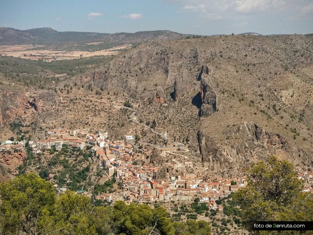 Vista de Ayna y los Picarzos desde la parte alta de la ruta