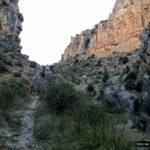 La senda transcurre entre altas paredes de roca