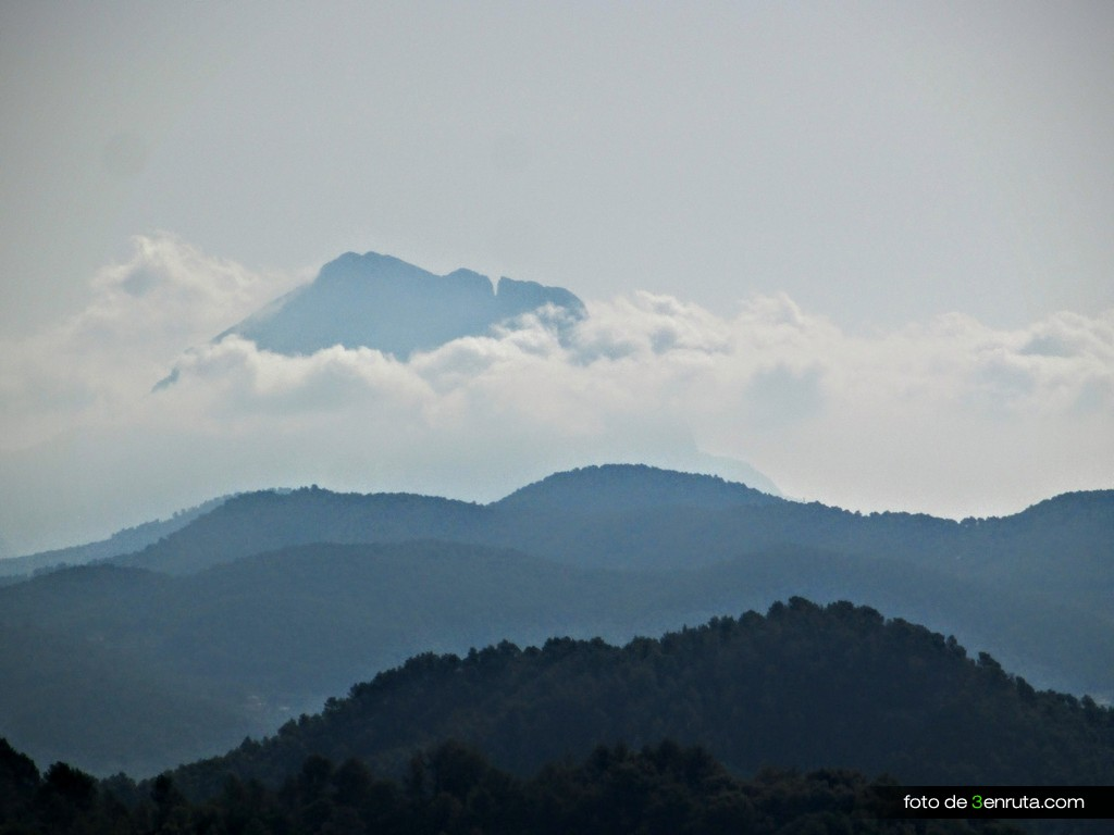 Vista del Puig Campana y el Tajo de roldan entre las nubes