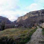 Inicio del sendero entre campos y huertos