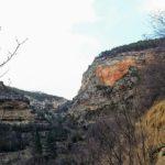 Poco a poco el sendero se va encajando entre grandes paredes de roca