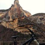 Desde el sendero vemos grandes espolones de roca