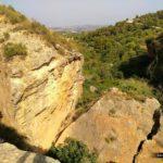 Grandes bloques de piedra junto al sendero