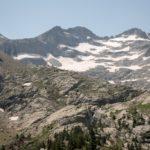 Montañas de nos rodan durante la ruta