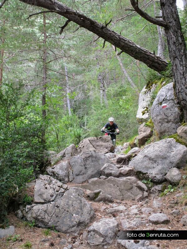 Zona rocosa y escalonada del sendero de bajada a Saravillo desde el ibón