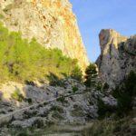 Inicio de la subida por el Barranc del Cint por un sendero adoquinado