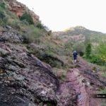 El sendero a tramos transcurre por terreno rocoso