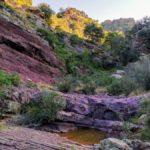 El sendero se encajona entre las rocas de ródeno