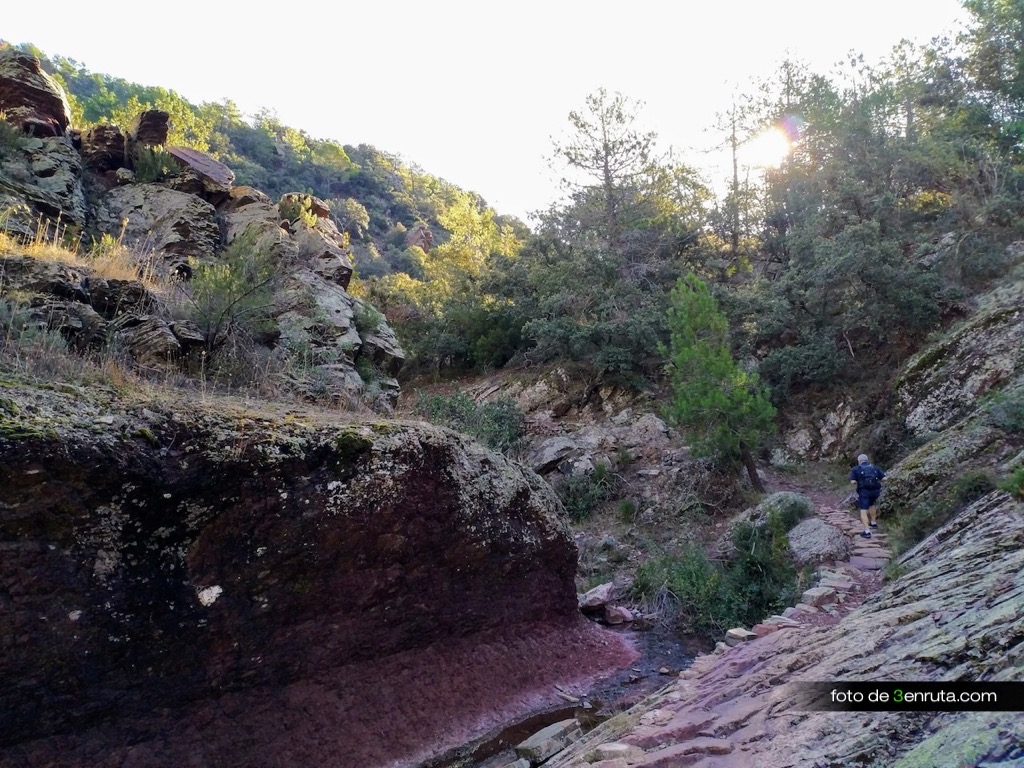 El sendero tiene tramos muy bonitos en el que se nota el trabajo de antaño por mantenerlos operativos