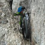La bici apenas cabe por el Pas de la Rabosa