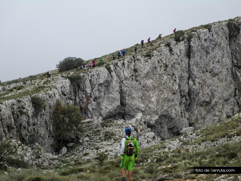 Senderistas yendo hacia la cima de Aitana