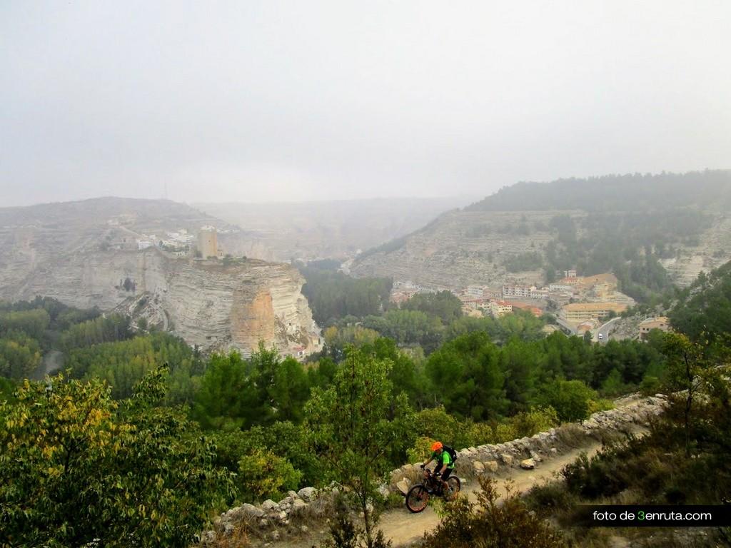 Sendero de subida a Las Casas del Cerro con Alcalá del Jucar al Fondo