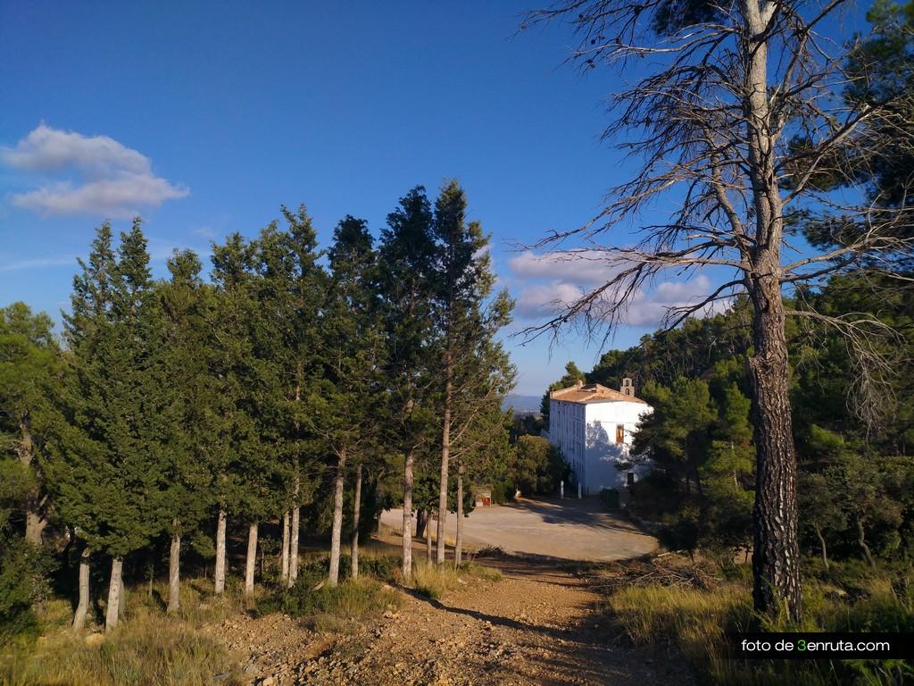 Llegamos al Santuario de la Cova Alta por la parte de arriba