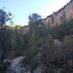 Sendero junto a paredes de piedra