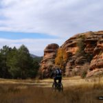 El camino transcurre junto a altas paredes de roca del ródeno
