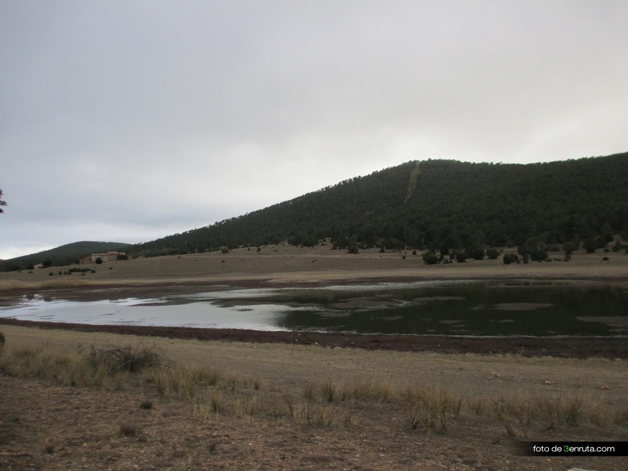 Laguna de Bezas con el nivel de agua muy bajo por las escasas lluvias