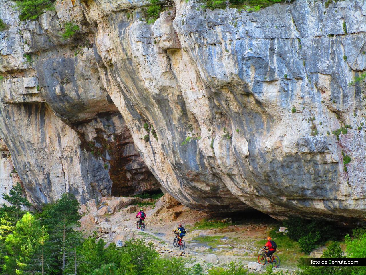 Seguimos el descenso por el sendero junto a unas colosales paredes de piedra