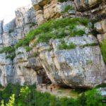 El sendero transcurre junto a unas enormes paredes de piedra