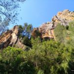 Caminamos junto a preciosas paredes de roca