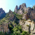 Caminamos entre enormes paredes de roca
