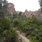 Paredes de roca junto al camino
