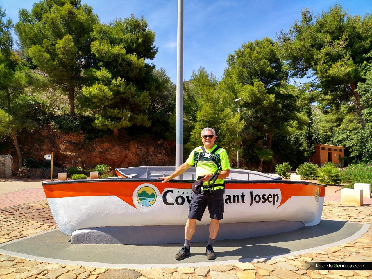 Barcas entre el parking y las Cuevas de San José