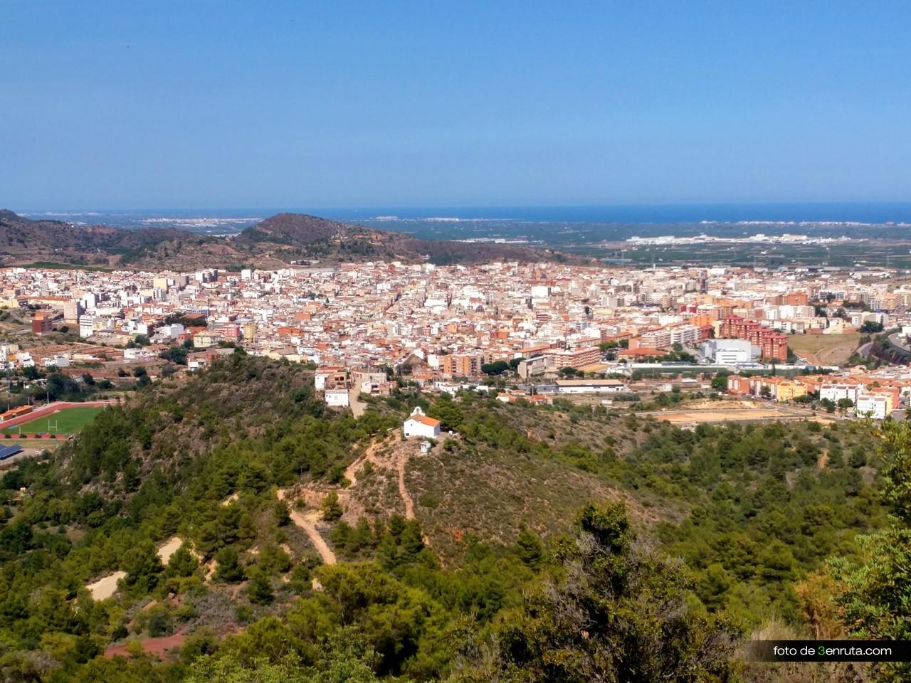 Vista de la Ermita de Sant Antoni y la Vall d'Uixó desde la senda de subida