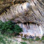 Bonito abrigo en la roca antes de la bajada por senda