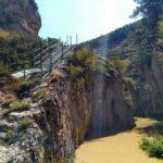Escaleras y pasarela para cruzar el rio blanco