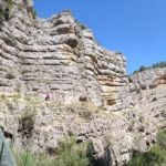 Vista del sendero junto a las paredes del cortado del Cañón del Rio Blanco