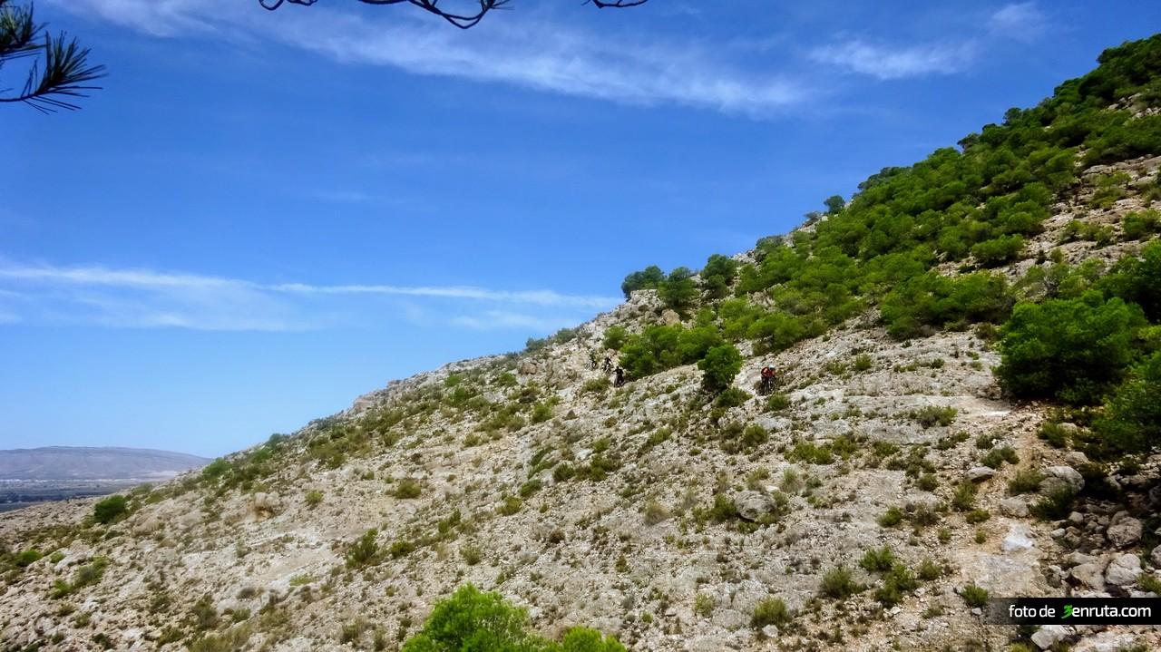 Sendero de bajada rocoso y técnico